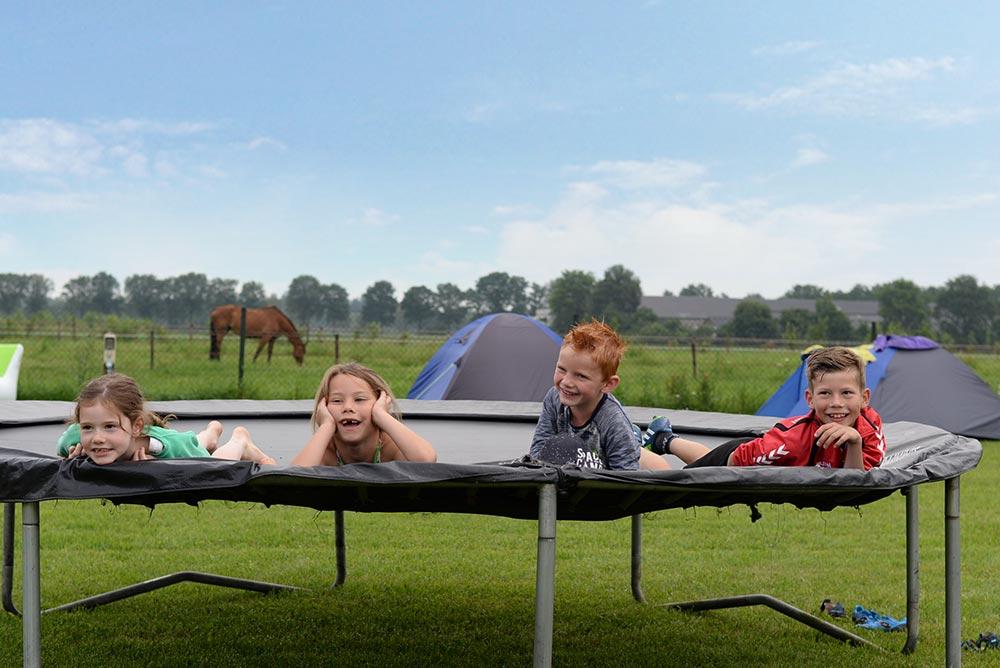 kinderen op de trampoline
