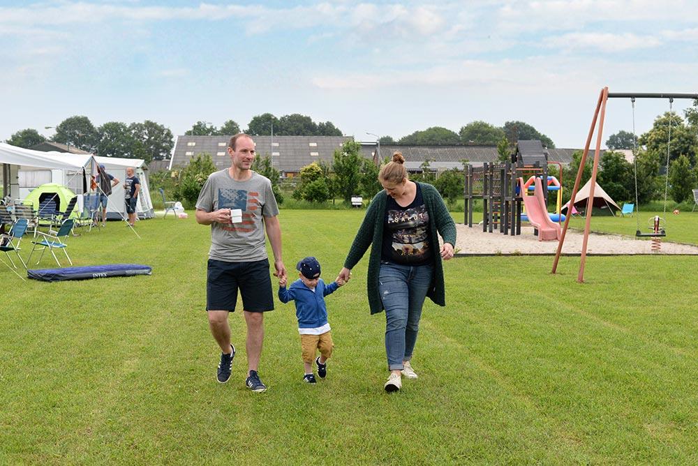 jong gezin aan het wandelen met kind