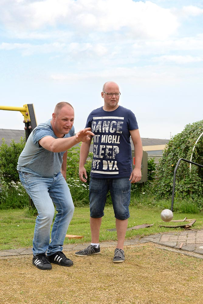 2 mannen bezig met jeu de boules spel