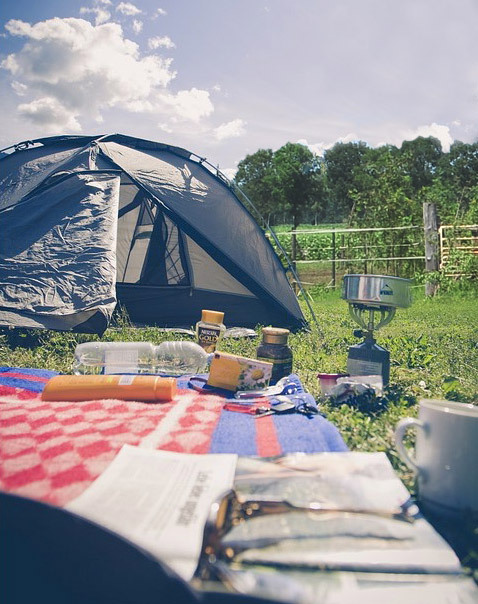 popup tentje op de camping met gasstelletje en picknickkleed